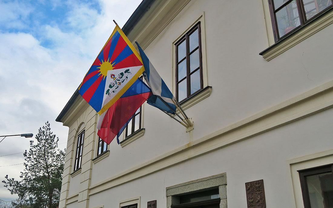 Tibetská vlajka na dobříšské radnici I foto: Redakce