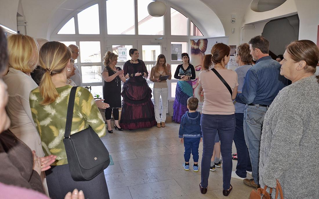 I přes krásné počasí přilákala vernisáž výstavy spoustu návštěvníků  I  foto: MAD Production