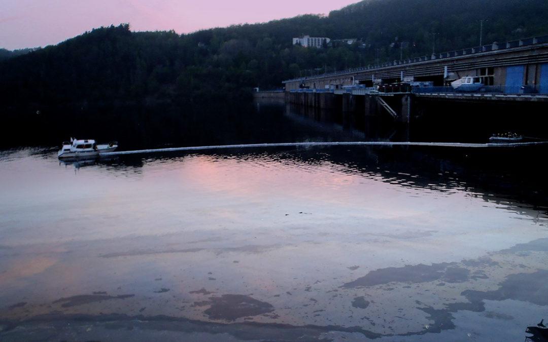 Na hladinu Orlické přehrady unikly ropné látky