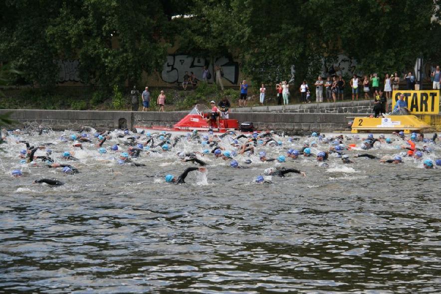 Plavecká část závodu se konala ve Vltavě  I  foto: archiv HT
