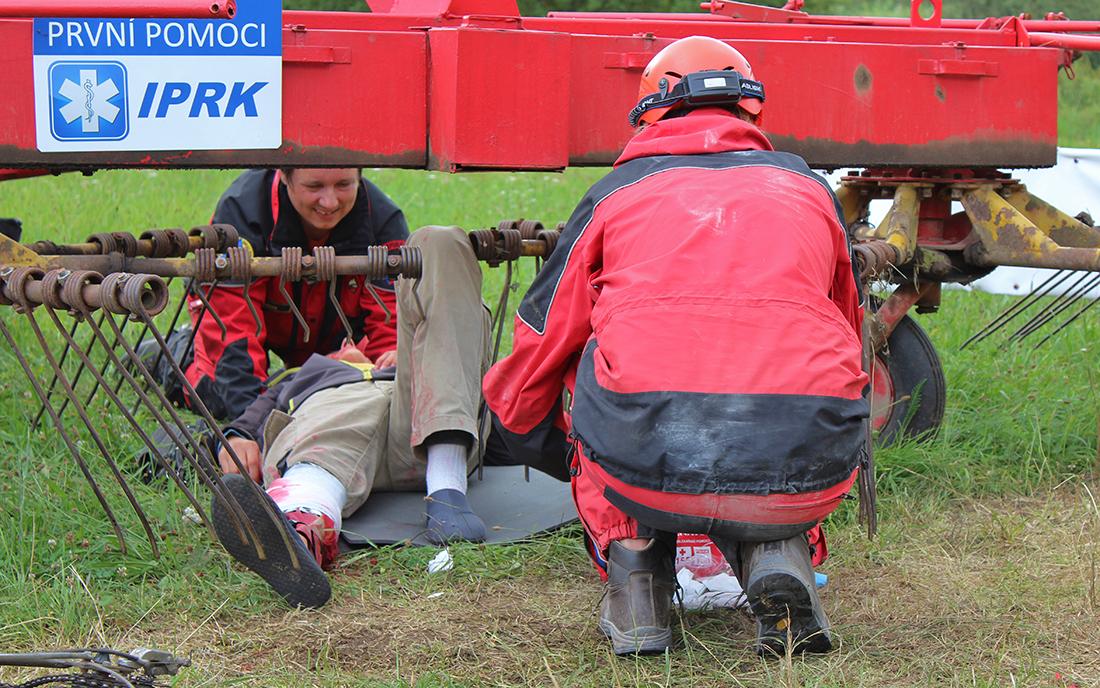Psovodi-záchranáři museli poskytnout první pomoc  I  foto: Šárka Spáčilová