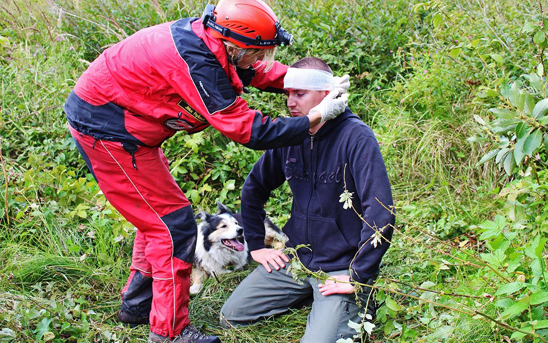 Psovodi-záchranáři museli mladému muži poskytnout první pomoc I foto: Šárka Spáčilová