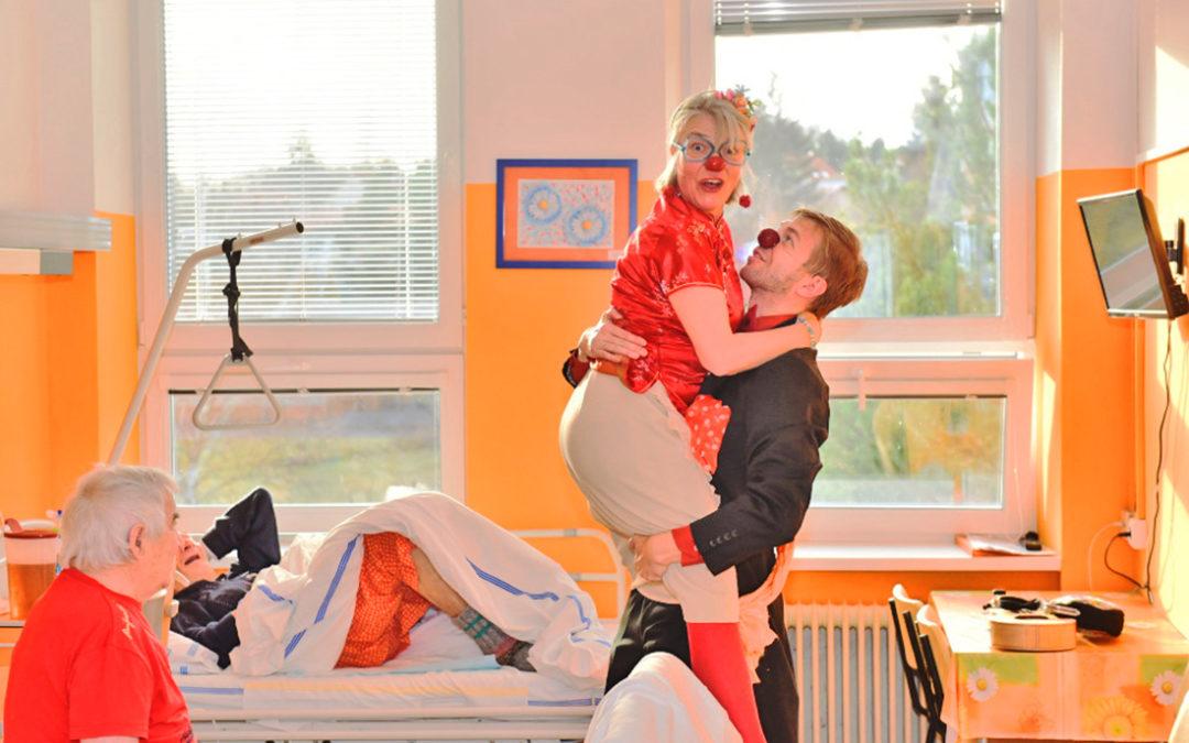 Zdravotní klauni bavili seniory v příbramské nemocnici díky daru od milínských fotbalistů