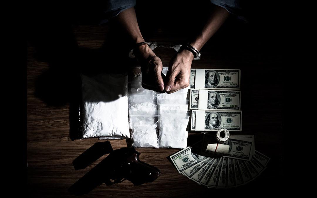 Policie dopadla lupiče, kteří okradli prodejce drog. Desetiletý trest hrozí všem