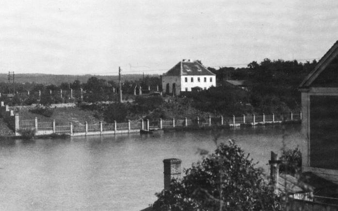 Fotografie Bartošovy vily cca z roku 1927 focená z druhého břehu rybníka Koryto  I  foto: archiv města Dobříše