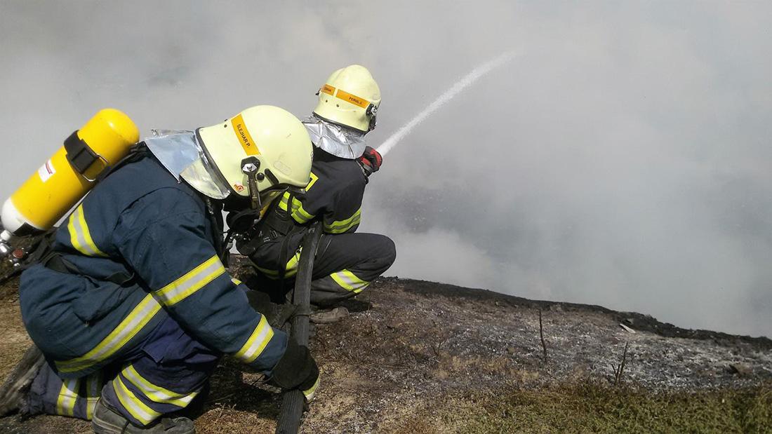 Skrytá ohniska při požáru skládky u Stašova trápila hasiče dva týdny  I  foto: archiv HZS ČR