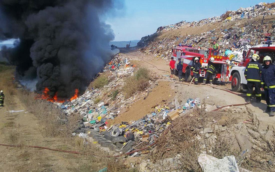Skrytá ohniska při požáru skládky u Stašova trápila hasiče dva týdny