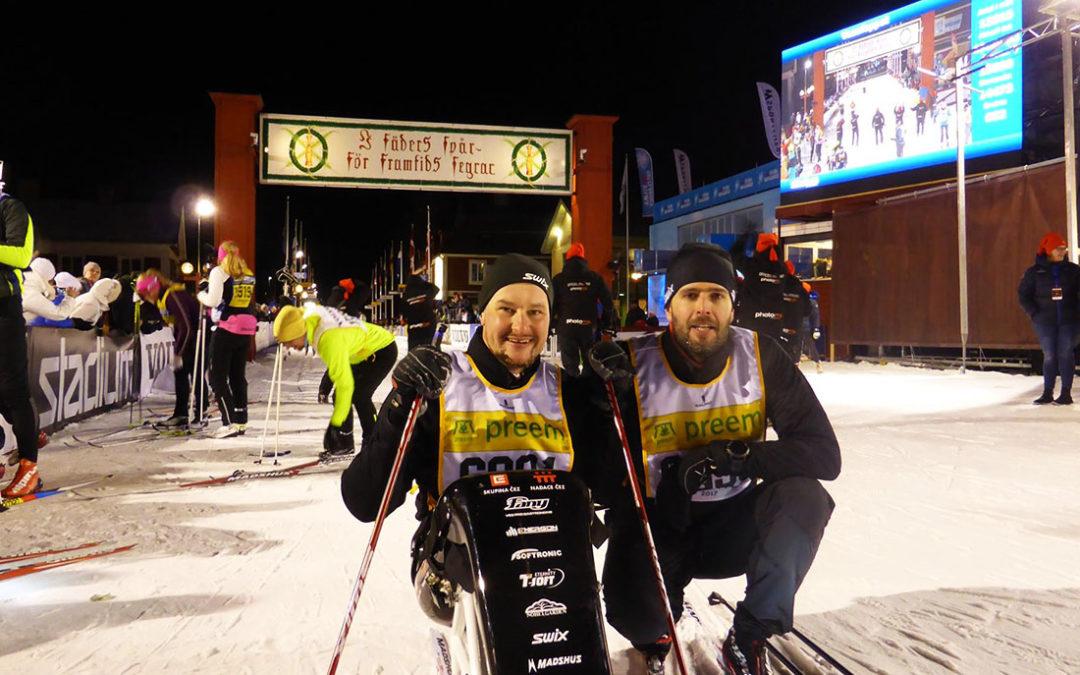 Honza Tománek dokončil 90 kilometrů Vasova běhu na běžkařské sledgi