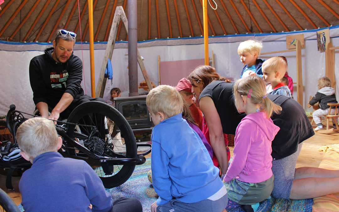 Handbiker a triatlonista Honza Tománek besedoval s dětmi z lesní školky Mokrovraty
