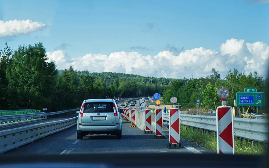 Dopravní omezení na D4 řidiče potrápí až do konce září. Nový úsek by měl vznikat od roku 2019.