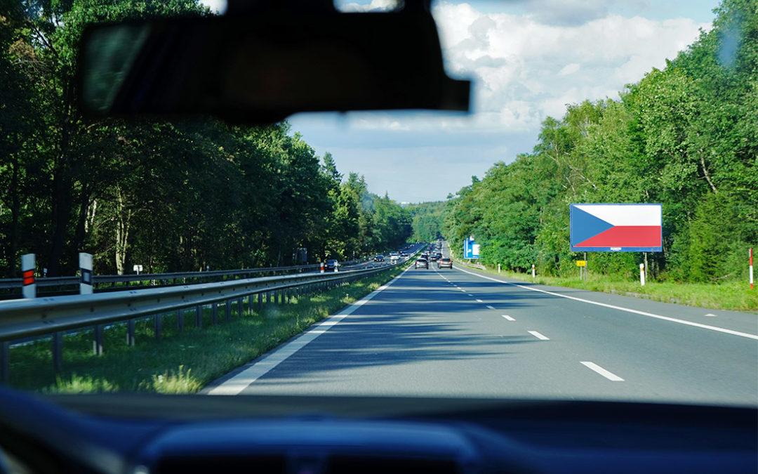 Proč se na billboardech kolem D4 objevuje motiv české vlajky?