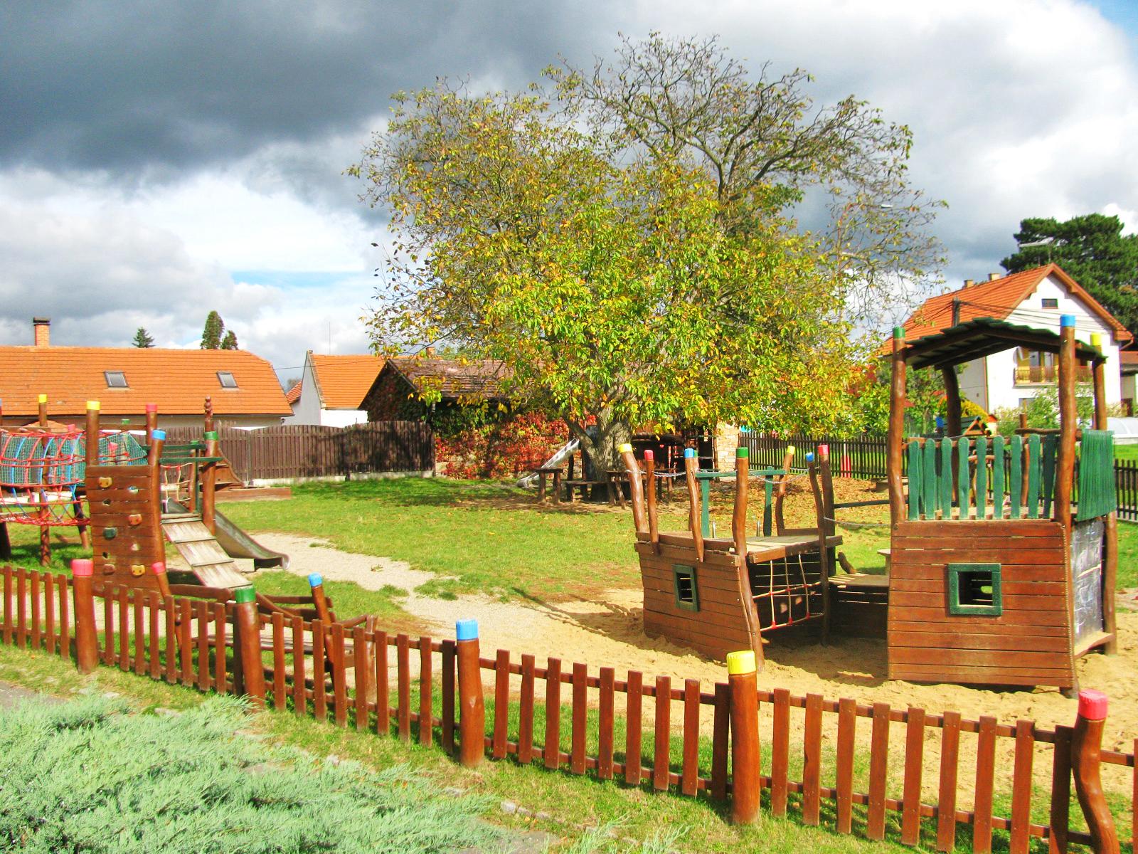 Před školou je nově vybudované dětské hřiště  I  foto: AR