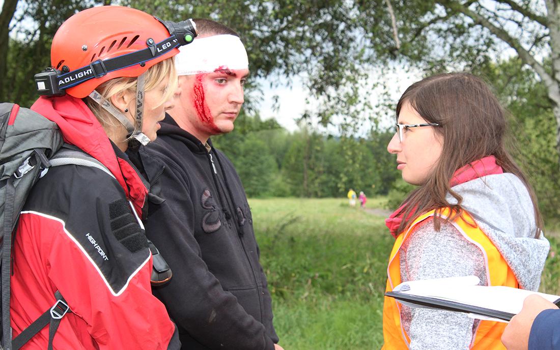 Psovodi-záchranáři museli pomoct mladému muži  I  foto: Šárka Spáčilová